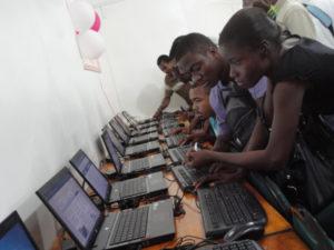 Le 22 juin 2011, le Ministère français des Affaires Etrangères et Européennes, l'Agence Inter-établissements de Recherche pour le Développement (AIRD), l'Ambassade de France en Haïti et l'Agence universitaire de la Francophonie (AUF) ont inauguré à Tabarre (Port-au-Prince) l'espace numérique polyvalent de l'Institut universitaire Quisqueya Amérique (INUQUA). Cet espace à la pointe de technologie, équipé d¿une vingtaine d¿ordinateurs portables flambants neufs et d¿un système de visioconférence est destiné au renforcement des capacités de l¿université bénéficiaire.