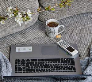 un ordinateur sur un canapé
